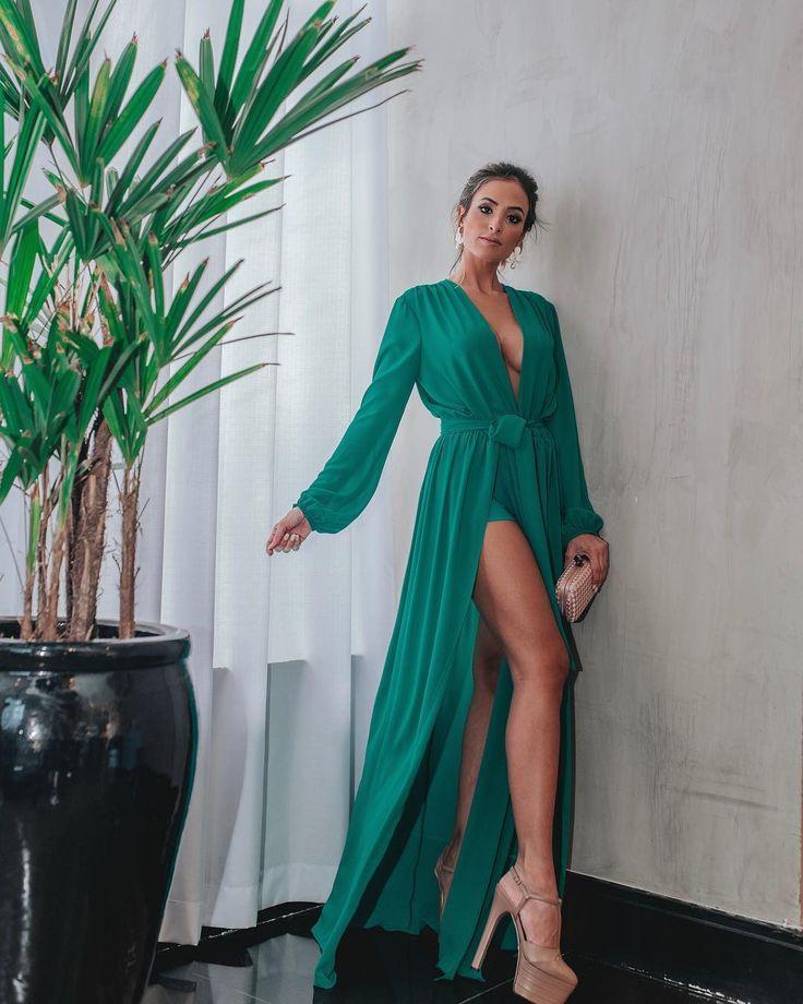A imagem pode conter: 1 pessoa, em pé | Roupas de 2019 | Vestido longo, Vestido madrinha e Vestidos longos estampados