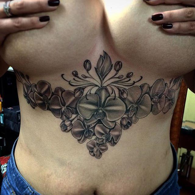 tatouage sexy orchid e en dessous de la poitrine d 39 une femme. Black Bedroom Furniture Sets. Home Design Ideas
