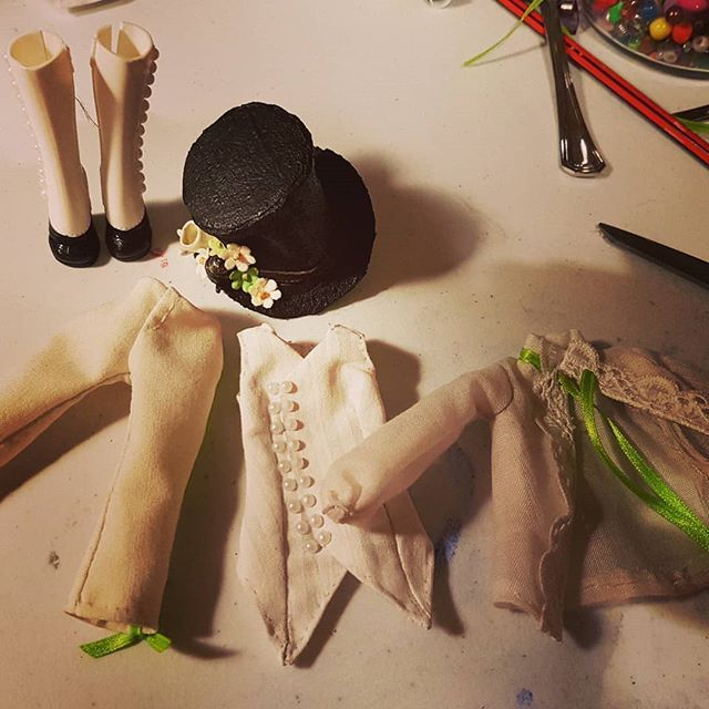 Hatter's accessories and outfit are finally complete. Slowly working on the hair then she's done!  #wip #aliceinwonderland #artdoll #ooak #ooakmonsterhigh #ooakdoll #dolls #faceup #character #mhdoll #monsterhigh #dollmods #alice #madhatter #hatter