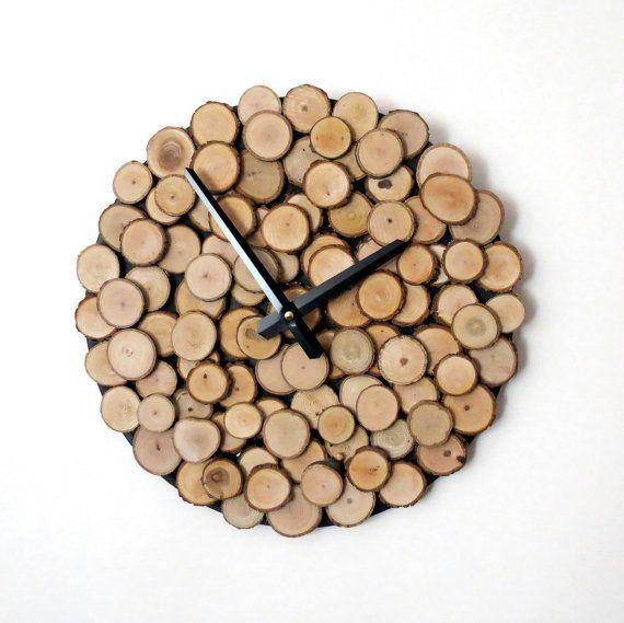 Pour un boho chic plus votre décoration intérieure, cette horloge de mur arbre rustique écorce des conceptions Shannybeebo apporte le plein air. La