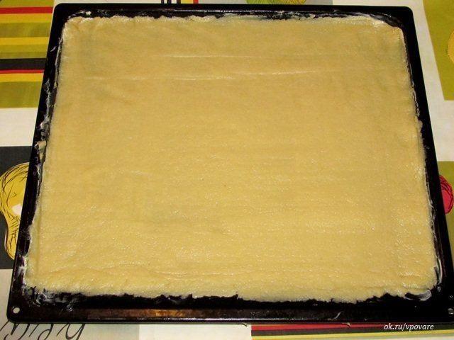 Печенье с вареньем  Ингредиенты для печенья с вареньем: 500-550 гр. муки 180-200 гр. сливочного масла два яйца 220-250 гр. сахара две столовых ложки сметаны чайная ложка без горки соды около 300-500 мл. густого варенья  Приготовление печенья с вареньем:  Всё до банального просто. Масло выдерживаем при комнатной температуре, чтобы растаяло. В чашу для смешивания кладём масло, яйца, сахар, сметану, соду и всю муку. В общем, все ингредиенты для теста.  Замешиваем густое тесто. Как видно по…