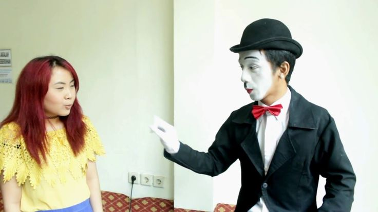 How to give a flower to her with pantomime