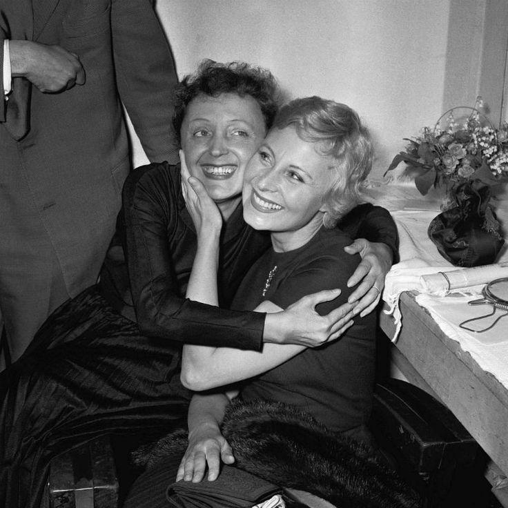 Edith Piaf et Michèle Morgan dans les loges de l'Olympia, le 25 mai 1956