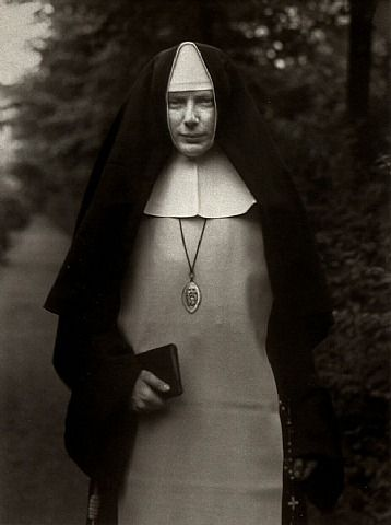 August Sander - Nun, 1921. S)