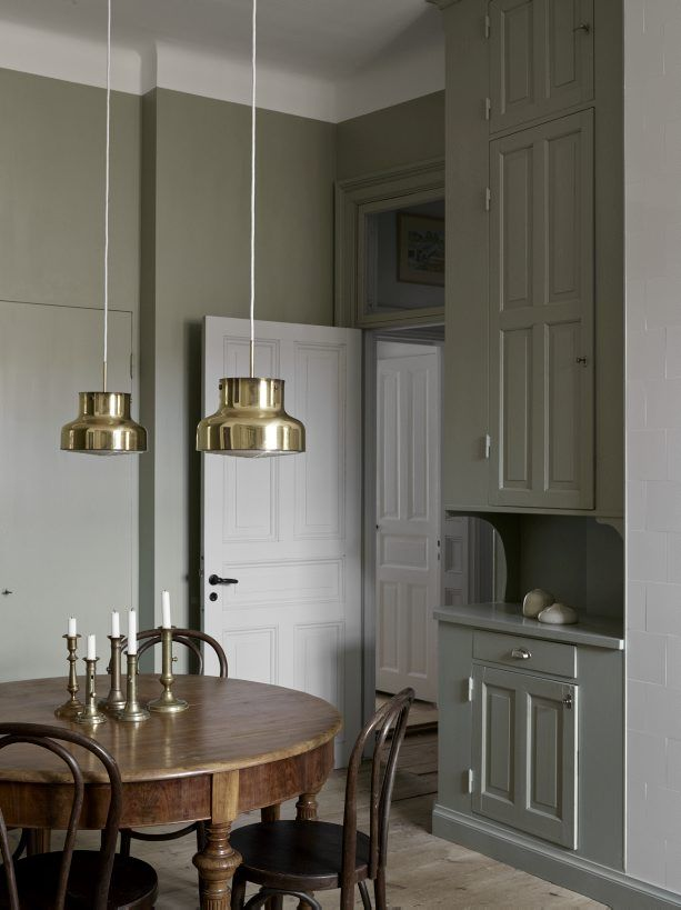 Kitchen in green and gold