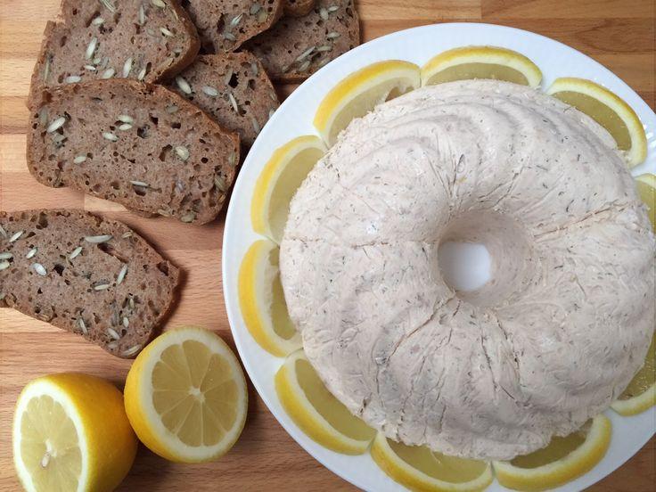 10 personer 4 dåser tun i vand (ca. 550 g) 5 blade husblas 3 dl piskefløde Skal og saft fra 1 økologisk citron 1/4-1/2 løg 250 g mayonnaise 1 spsk. tørret dild Salt og peber