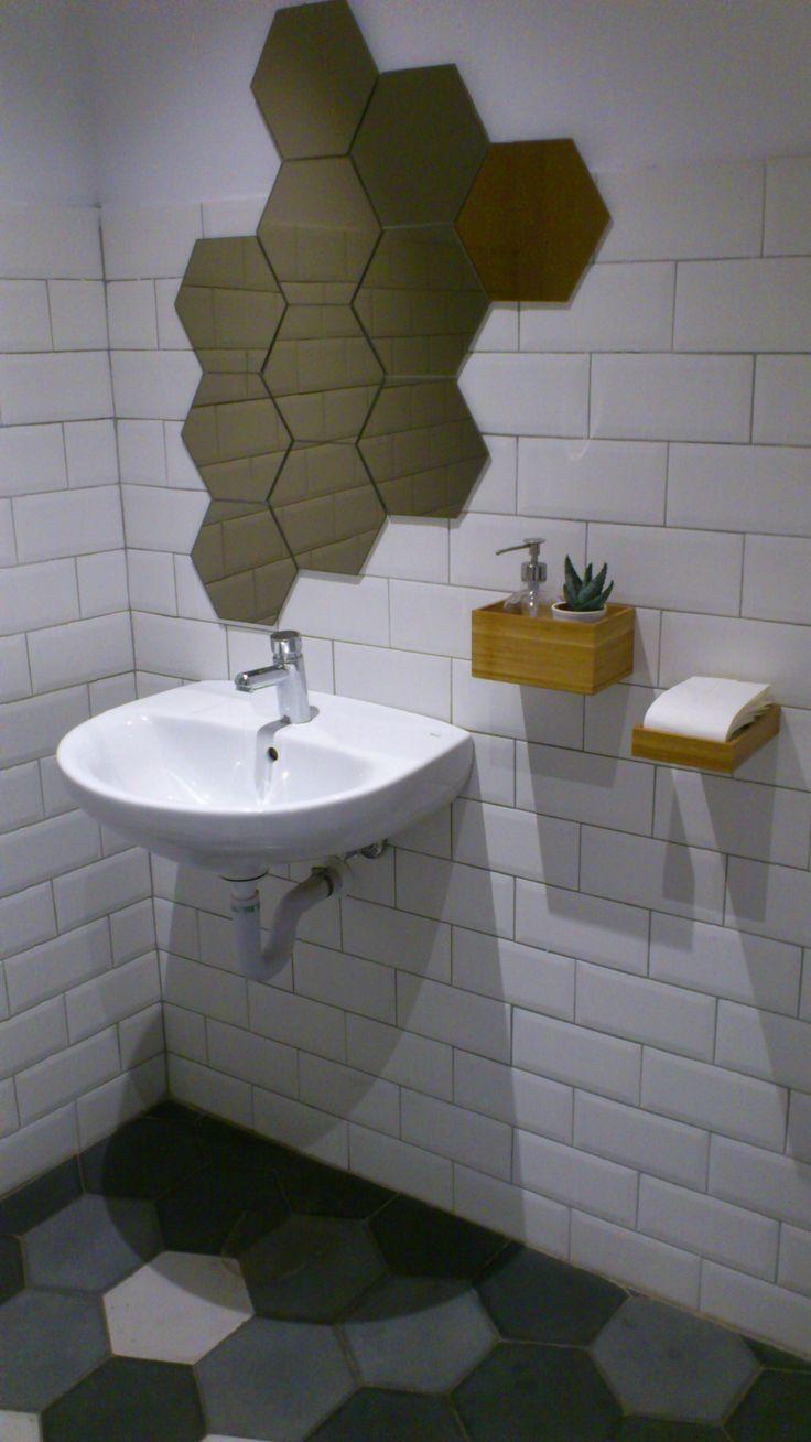 Aseo minimalista, espejo y complementos de baño de Ikea, lavamanos Roca.