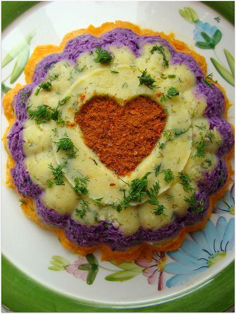 Üç renkli salata tarifi mutfaktaki malzemelerle ortaya çıktı..Bu tür salataları seviyorsanız denemenizi tavsiye ederim.Kalıp tupperware peri tacı .Herhangi bir kek kalıbını yağlayarak da yapılabilir. Üç renkli salata için gereken malzemeler 4 adet orta boy patates 3 adet büyük boy havuç yarım mor lahana zeytinyağ tuz,kimyon,karabiber 4 dal dereotu 1 kase katı yoğurt 1 diş orta …