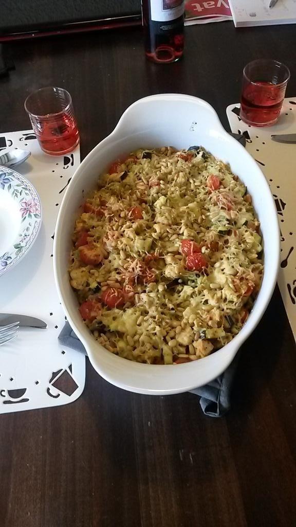 Macaroni-ovenschotel Kip mozzarella tomaat, maar dan zonder pakje van Honig. Deze uitvoering is van Barbara.