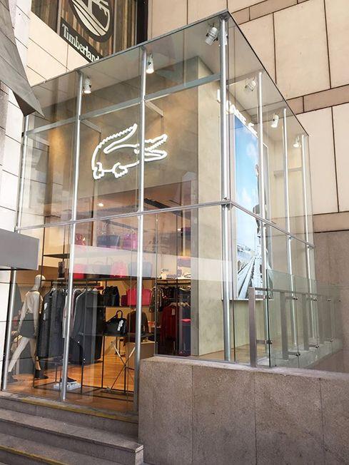 Diseño de locales comerciales de moda – Lacoste Alto Palermo – Miller Zell