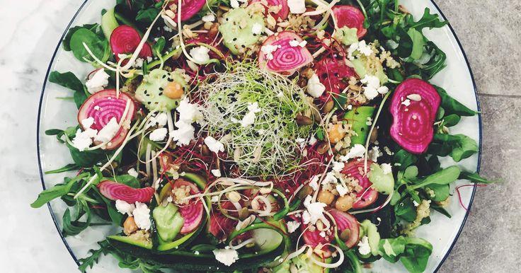 Enkel och matig sallad med quinoa, kikärter, zucchini och fetaost. Servera med krämig avokadodressing. Drömsallad!