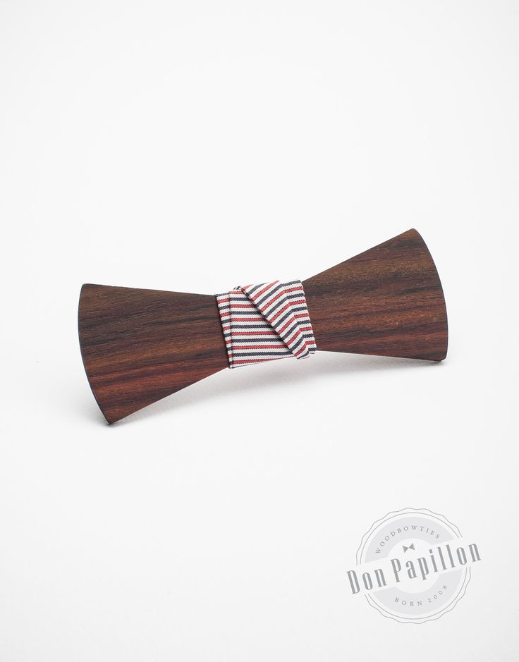 Don Marinero is a colorful model inspired by the navy style, with red, blue and white stripes. The wood used for this model is Pailsander, a type of exotic wood with black and brown grains.