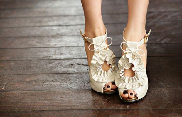 Black pedi: Nude Shoes, White Shoes, Fashion Shoes, Wedding Shoes, Summer Shoes, Fashion Heels, Black Nails, High Heels, Bridal Shoes