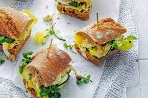 Stokbroodje vis met kruidige curry-yoghurt voor een luxe lunch. Of neem 'm mee voor een fijne picknick.- Recept - Allerhande