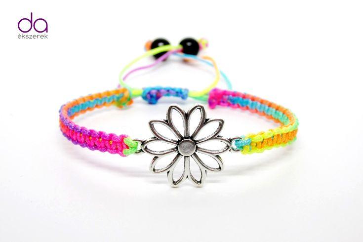 Karkötő virág motívummal – szivárvány