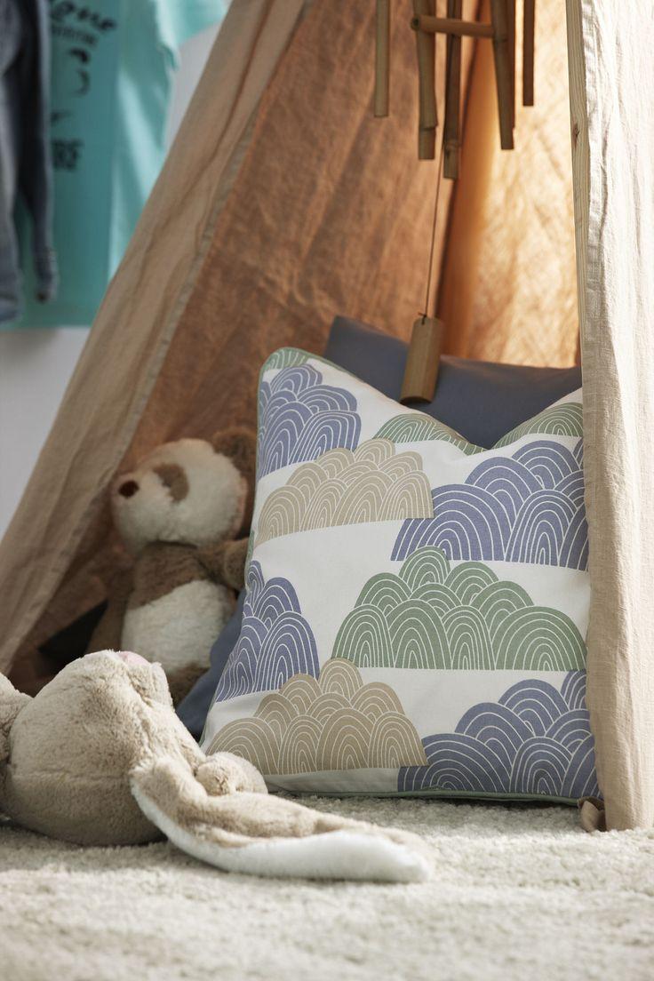 Barnrumstips! Bygg ett enkelt indiantält med gardinlängder. Alla barn gillar mysiga tält!