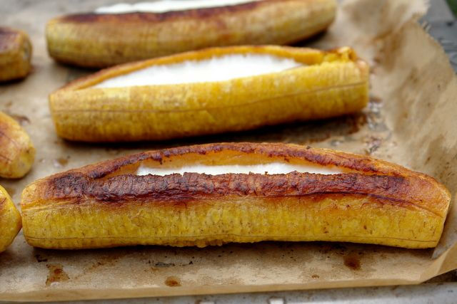 ecuadorian lady with unpretentious blog makes DELISH latin food - that is a ripe plantain with cheese