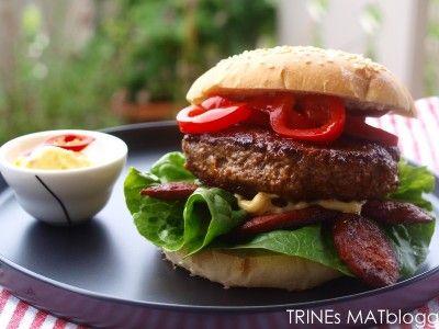 Spansk burger med chorizo, grillet paprika og chiliaïoli