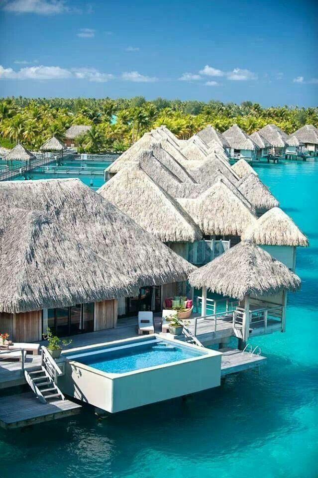 Insel Mit Wnderschönen Hotel Bungalows Auf Bora Bora. Mit Privatem Pool    Mitten Im