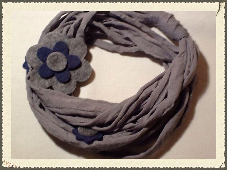...Collana in fettuccia grigia con fiore in feltro...