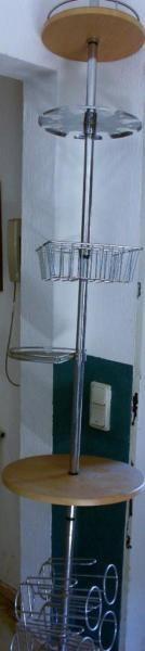 Ein prima Ständer für die Küche. Hier kann man optimal 6 Flaschen, Gläser, Gewürze und anderen Kleinkram unterbringen. Der Ständer reicht vom Boden bis an die Decke und hat eine Feder für problemloses Einpassen. Kein Verschrauben notwendig.Nur Abholung!