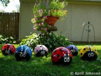 Painted bowling ballsGardens Ideas, Lawns Art, Ladybugs, Gardens Art, Yards Art, Lady Bugs, Bowls Ball, Bowling Ball, Painting Lady