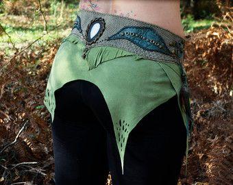 :. Falda Burlesque :. Jersey negro y negro falda de encaje :. Color: negro :. Perfecto para festivales de verano, danza tribal, días cálidos. :. Por favor elige tu talla: S, M o L. :. Carta del tamaño en la foto adjunta. :. La falda cinturón no vienen juntos. :. Diseñado, Curt, pintado y cosido por nosotros en nuestro taller en Brasil. < 3   :. Esta falda es un encargo del artículo, por favor espere 2 semanas para el envío. Todos los servicios de envío con número de seguimiento. Si desea…