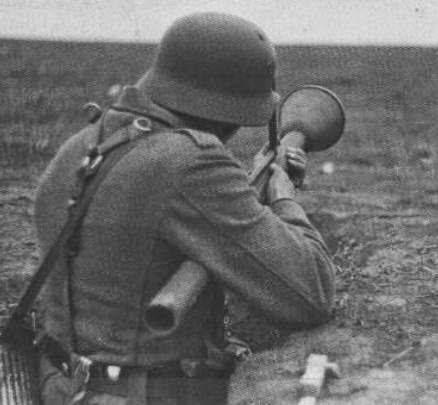 Alemania Panzerfaust (arma antitanque) Fue un arma antitanque utilizada por la infantería alemána a partir de fines de 1942, durante la Segunda Guerra Mundial. Estaba compuesta de un tubo lanzador desechable y una poderosa granada con carga hueca que podía perforar blindajes de 140 mm de espesor desde una distancia de 50 m. Desarrollada por Hugo Schneider AG, surgió como necesidad de dotar a las tropas de tierra de una arma antitanque efectiva para enfrentar a los T-34 soviéticos en el…
