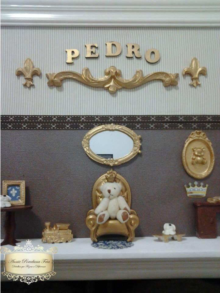 Quadro de maternidade com moldura laqueada e peças em dourado.