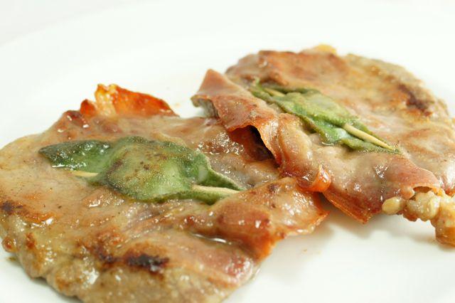 Non tutti sanno cosa sia veramente un saltimbocca: alcuni credono che siano degli involtini, altri dei panini ma i veri saltimbocca alla romana si preparano con carne di vitello, salvia e prosciutto crudo