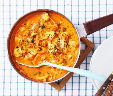 Currydoftande fiskgryta som tillagas direkt i pannan. Mild men smakrik med smak av citron och fänkål som gifter sig bra med sej eller annan vit fisk som torsk eller kolja.
