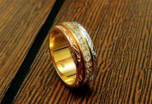 Argolla y pisargolla elaboradas en oro blanco y amarillo con diamante central de 30 K.