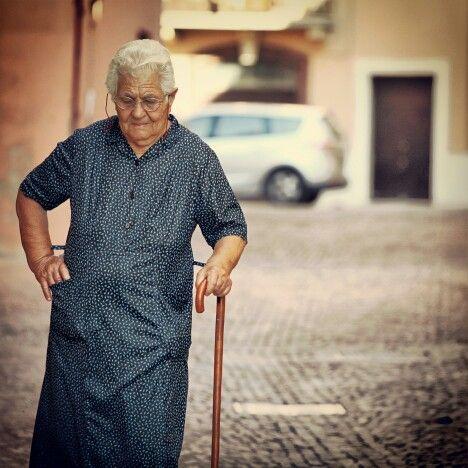old woman in a town #terredelpiceno #marchetourism #destinazionemarche #piceno #picenopass #marche #dreamingpiceno