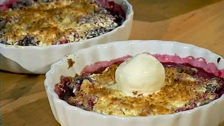 Gino er en svensk dessert med frukt og bær, hvit sjokolade og kokos. Niklas lager den med bjørnebær, bringebær og blåbær.