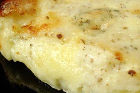 La torta salata con patate e formaggio è un secondo piatto molto saporito, gustoso e cremoso, ideale per una cena in famiglia. Ecco la ricetta