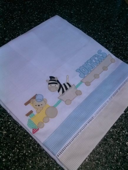 Fraldas personalizadas, aplicação em patchwork com tecido 100% algodão. Seu bebê merece a maciez dessas fraldas.  O kit contém uma fralda grande e uma pequena.  O nome é opcional, mas o preço é o mesmo.    O frete e dias de entrega fica a cargo dos correios.