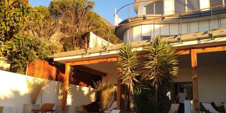 Ocean Lounge -  Une villa de vacances à l'architecture originale, de 5 chambres sécurisées individuellement, située à Camps Bay, avec jardin, piscine, jacuzzi et vue sur l'Océan Atlantique.