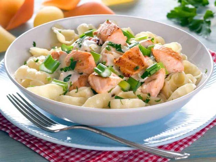 Dette er en kremende god fiskerett. Pasta og laks er en fantastisk kombinasjon. Server den med hvitløksbaguetter til. En slager på middagsbordet for både store og små! Kilde: Opplysningskontoret for Meieriprodukter. Foto: Mari Svenningsen