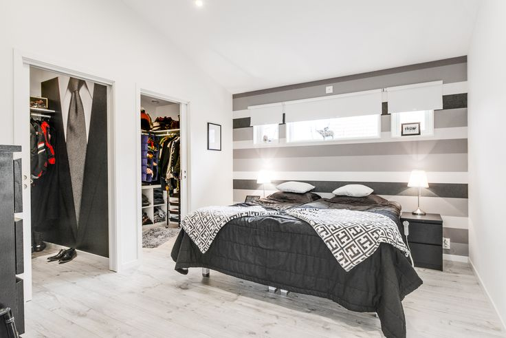 Master Bedroom med varsitt dressingroom och ett badrum! Lyxigt!