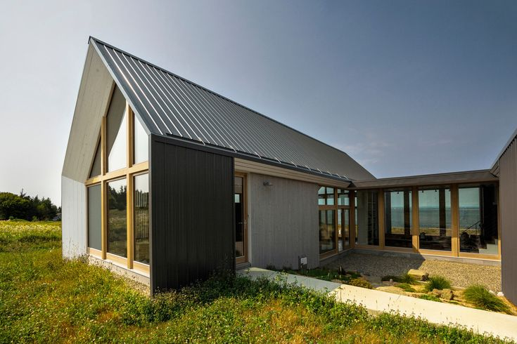 Twin Homes in Canada Frame Tranquil Sea Views - http://freshome.com/sister-homes-Canada/