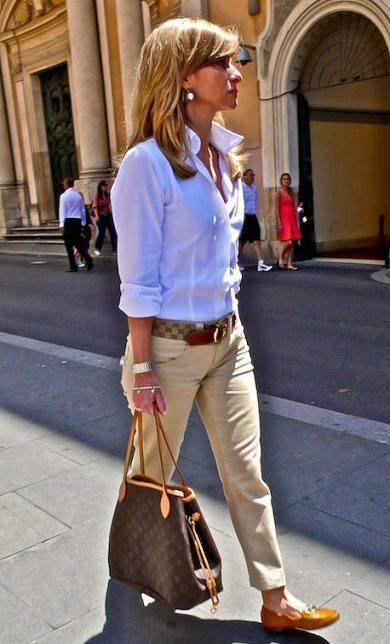 une belle chemise blanche rentrée sur un chino beige et beaux accessoires ceinture et sac Vuitton et tods tout simplement