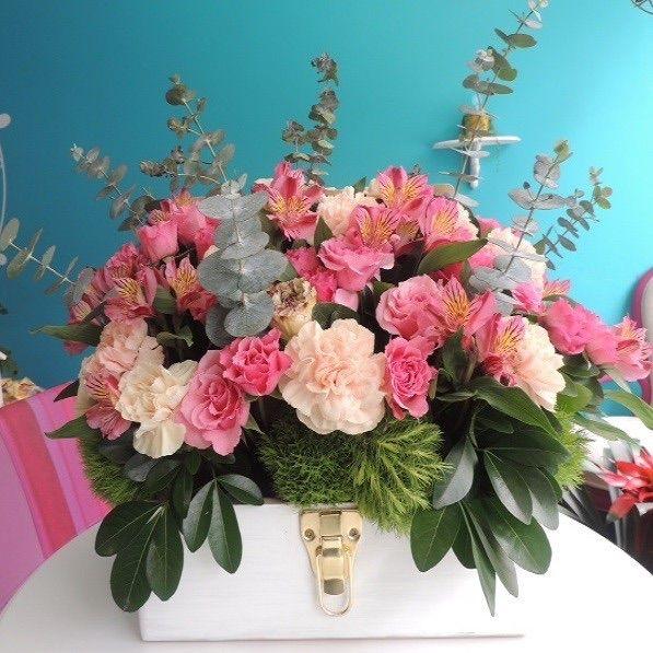Baúl de flores: Una propuesta vintage de minirosas, claveles, eucaliptos y jazmines sobre un baúl de madera. Solicítalo ya: Teléfono +571 2159030 o al correo electrónico clientes@lapetala.com.    Cómpralo en nuestra página www.lapetala.com