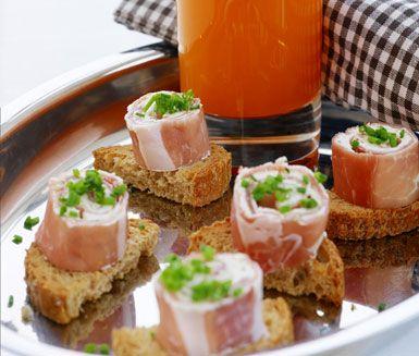 Prosciuttorulle med grönsaksshot är en utsökt förrätt. Färskosten med vitlök och örter breder du ut på den italienska skinkan innan den rullas ihop. Grönsaksröran av bland annat stjälkselleri, äpple och apelsin ger en frisk smak i detta recept.