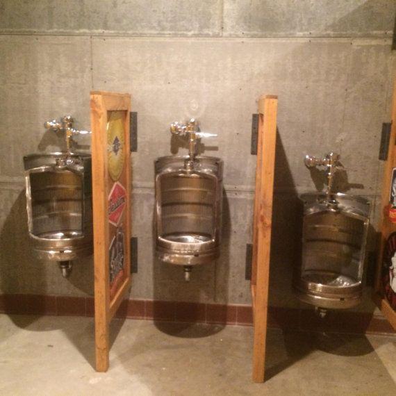 Lorsque vous exécutez un bistro, café, restaurant ou un winebar, vous voulez que vos clients repartir avec bons souvenirs. Eh bien, personne ne va oublier cet urinoir de fût de bière !  Ajout dune toilette de nouveauté à votre établissement aidera à établir votre entreprise en dehors de vos concurrents.   Ou si vous souhaitez donner à votre salle de bains invités ou homme cave une sensation authentique pub, installer un urinoir de fût de bière va certainement le faire aussi.  Forgé en acier…