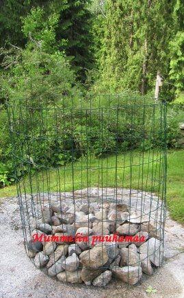 perunan kasvatus pylväässä. Olen kasvattanut pylväässä perunaa jo 35v onnistuneesti.  Ensin laitetaan häkin pohjalle kiviä jotta liika vesi pääsee valumaan pois.