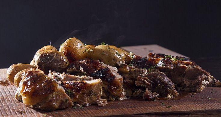 Συνταγή για xοιρινό με πατάτες από τον Άκη Πετρετζίκη. Φτιάξτε το πιο ζουμερό χοιρινό στο φούνο με κρέμα τυρί για ένα αγαπημένο πιάτο. Φτιάξτε τη συνταγή!