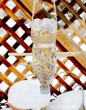 1 lege frisdrank-fles,  2 houten lepels,  een stuk touw, een stanleymes of hobbymesje   Maak gaten in de zijkanten, zodat je de pollepels er doorheen kunt steken. Zorg dat je ze er klein beetje schuin doorheen kunt steken (ongeveer 1cm hoogteverschil). Duw de pollepels er doorheen, totdat het lepelgedeelte tegen de fles aan komt. Vul de fles met vogelzaad en doe de dop erop. Hang de fles met het touw op in je tuin.