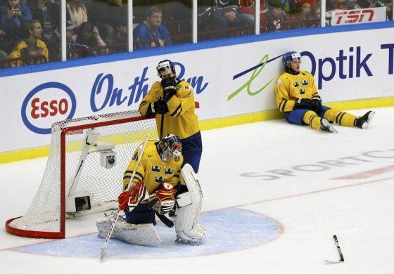 Ruotsin maalivahti Oscar Dansk, Robert Hagg ja Elias Lindholm pettyneinä ottelun loputtua Suomen voittomaaliin.