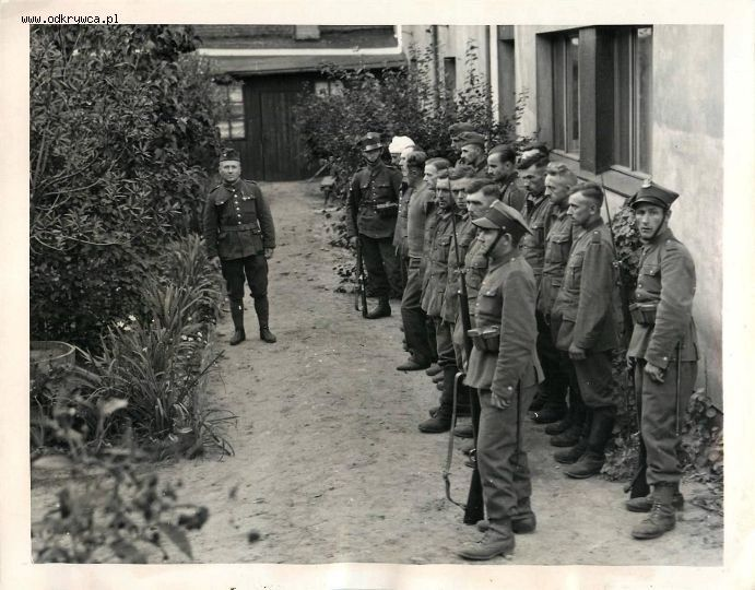 http://odkrywca.pl/forum_pics/picsforum27/german_soldiers_captured_by_polish_troops_in_warsaw_poland.jpg
