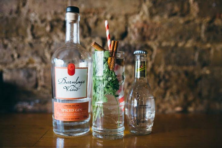 """""""Jeder Gin enthält eine pflanzliche Gewürznote, und Zimt ist eine tolle Möglichkeit, um das hervorzuholen. Sowohl Zimt als auch Koriander untermalen die Frische das Gins. Für einen anständig würzigen G&T, nimm am besten einen Gin wie Darnleys.""""– Eduardo de la Mora, Eigentümer von Three Six SixEduardos Rezept:Gib ein paar Korianderzweige in ein Glas. Füge den Zimt hinzu und gieße dann Gin oben drauf. Nach dem Umrühren fügst Du Eis und Tonic hinzu."""""""
